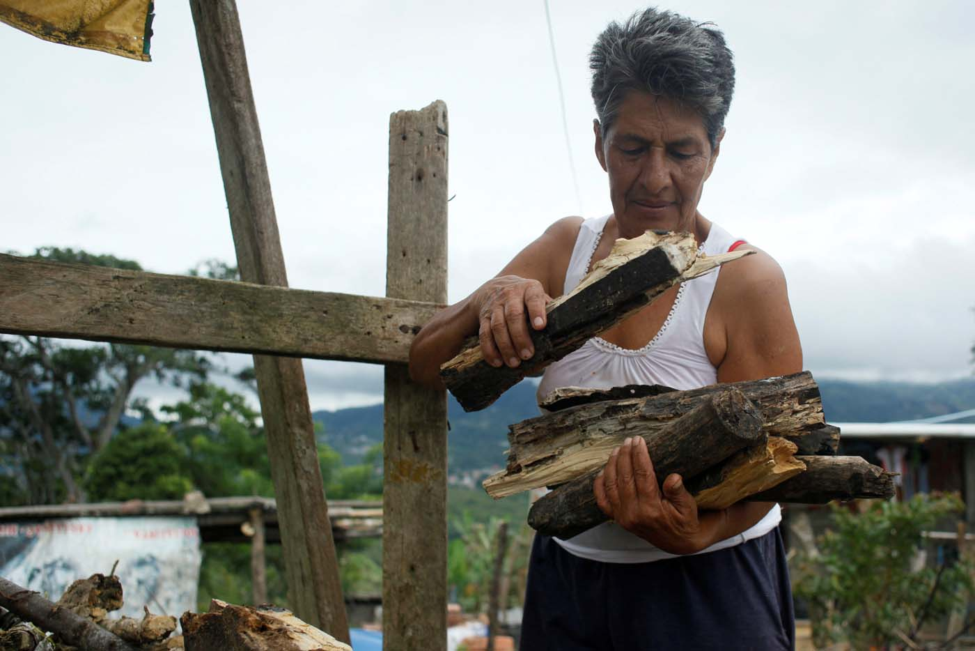 Maria Garcia carries firewood at her house in San Cristobal, Venezuela August 5, 2017. Picture taken August 5, 2017. REUTERS/Luis Parada