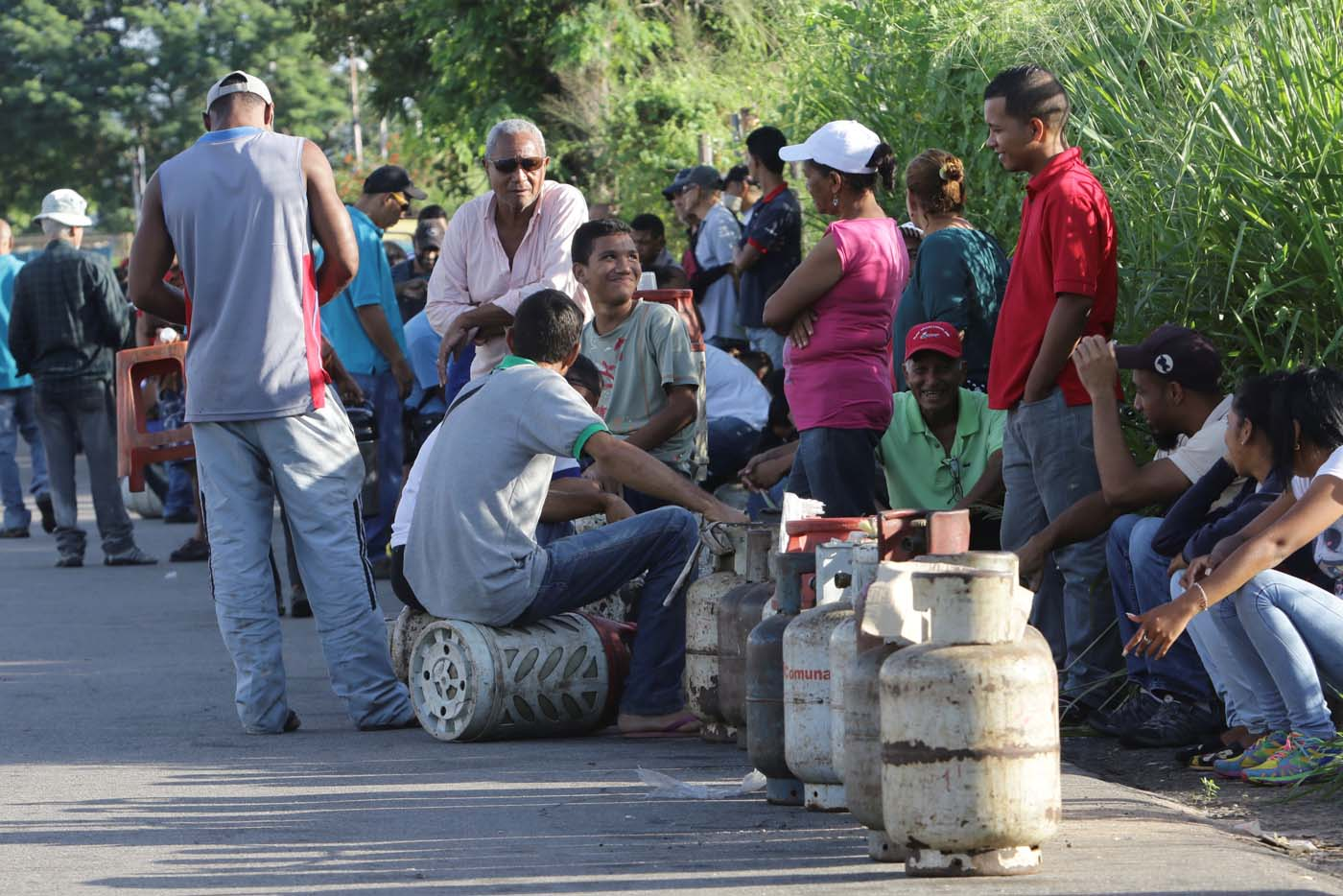 People queue as they try to buy gas cylinders in Puerto Ordaz, Venezuela August 8, 2017. Picture taken August 8, 2017. REUTERS/William Urdaneta