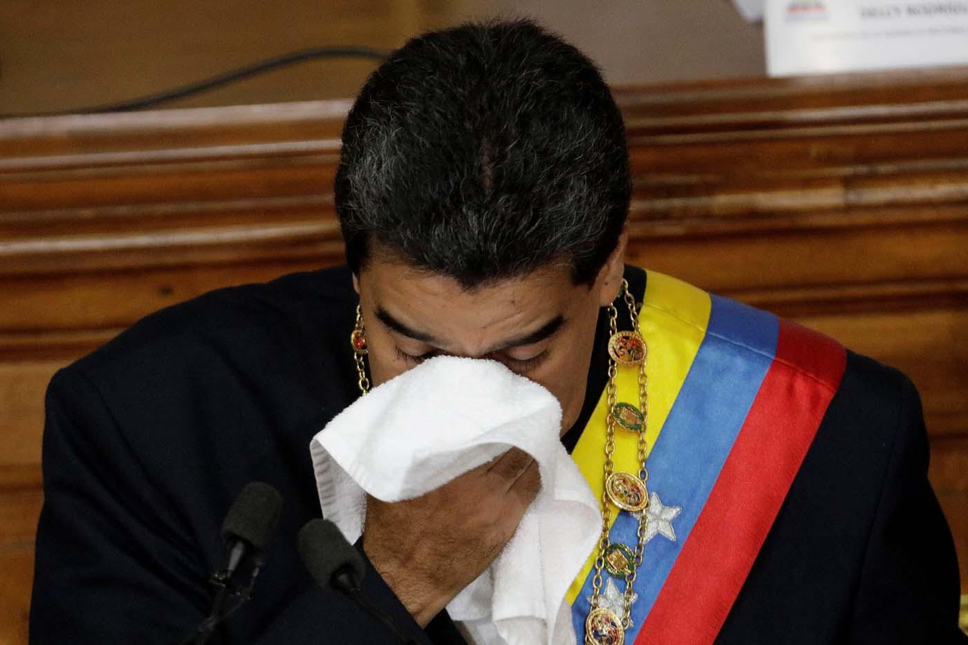 Venezuela's President Nicolas Maduro wipes the sweat from his face during a session of the National Constituent Assembly at Palacio Federal Legislativo in Caracas, Venezuela August 10, 2017. REUTERS/Ueslei Marcelino