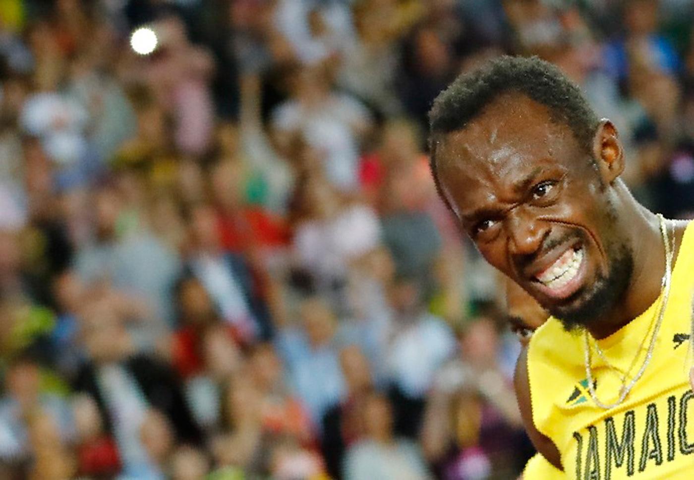 Atletismo - Campeonato Mundial de Atletismo - Final Posta Masculina 4x100 Metros - Estadio de Londres, Londres, Reino Unido – 12 de agosto, 2017. Usain Bolt de Jamaica reacciona después de sufrir una lesión. REUTERS/Kai Pfaffenbach