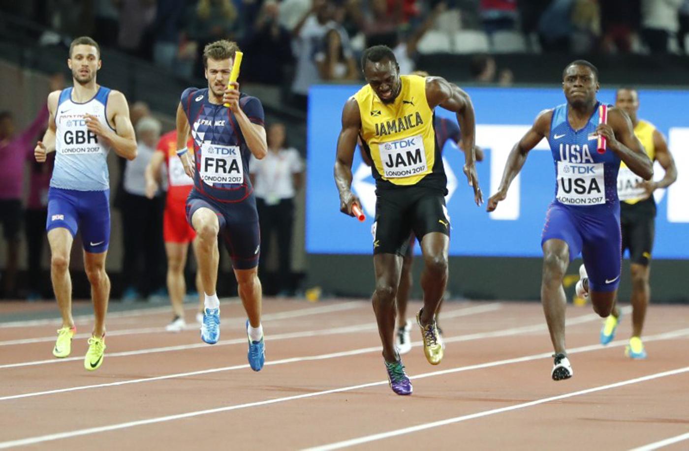 Atletismo - Campeonato Mundial de Atletismo - Final Posta Masculina 4x100 Metros - Estadio de Londres, Londres, Reino Unido – 12 de agosto, 2017. Usain Bolt de Jamaica sufre una lesión. REUTERS/Lucy Nicholson