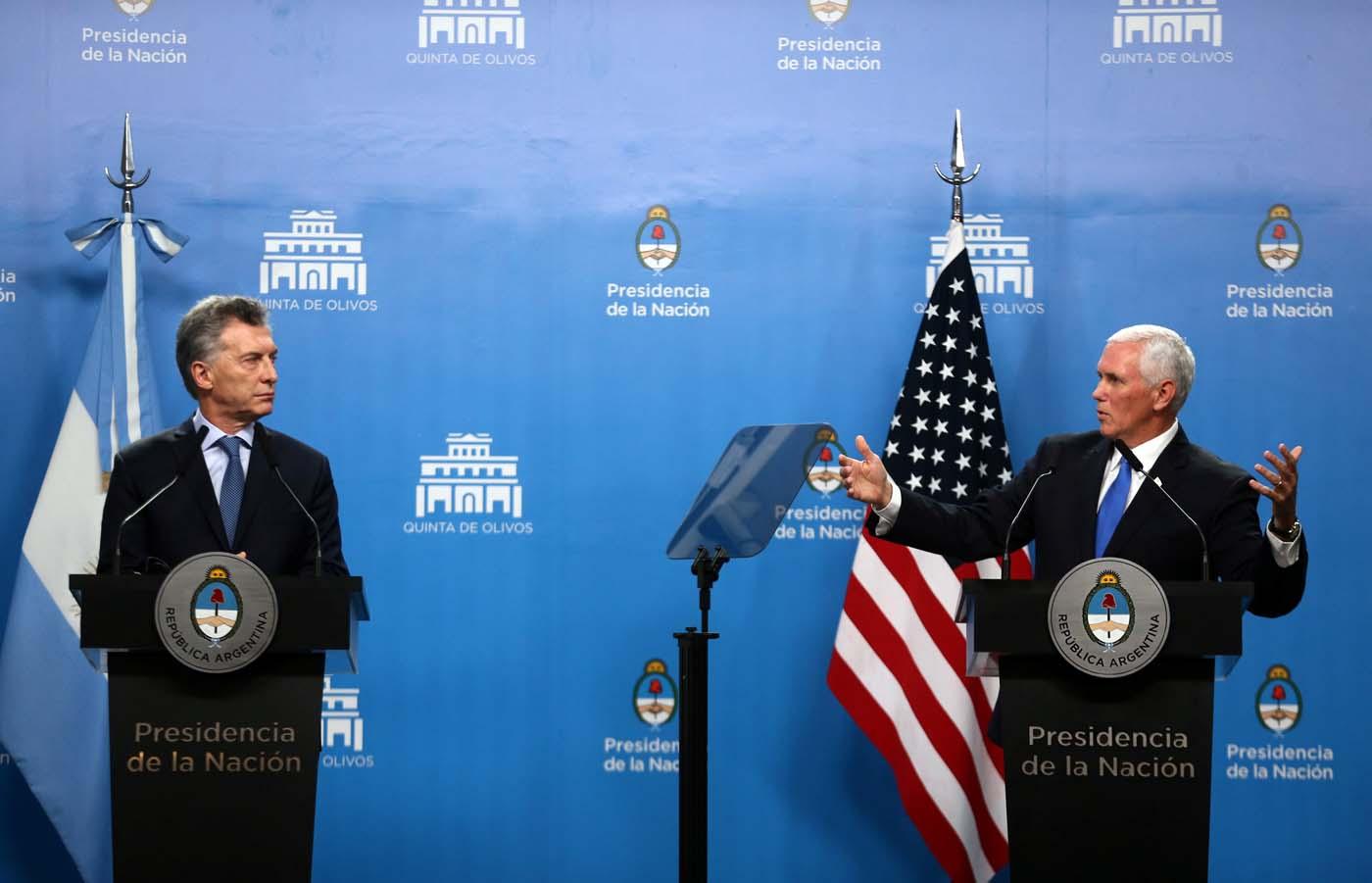 El vicepresidente estadounidense, Mike Pence, habla junto al presidente argentino, Mauricio Macri, durante una conferencia en Buenos Aires, el 15 de agosto de 2017. REUTERS/Marcos Brindicci - RTS1BWJY
