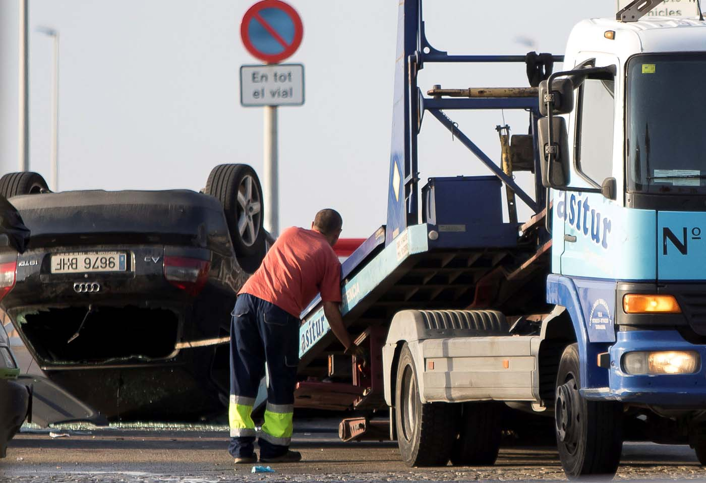 A worker loads a car on a tow truck where the police investigate the scene of an attack in Cambrils, south of Barcelona, Spain, August 18, 2017. REUTERS/Stringer NO RESALES. NO ARCHIVES