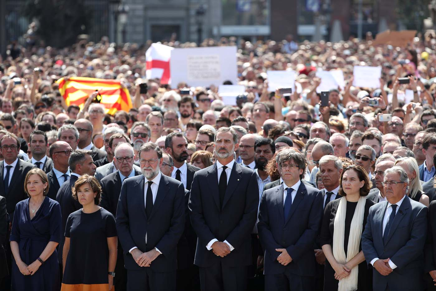 King Felipe of Spain and Prime Minister Mariano Rajoy observe a minute of silence in Placa de Catalunya, a day after a van crashed into pedestrians at Las Ramblas in Barcelona, Spain August 18, 2017. REUTERS/Sergio Perez