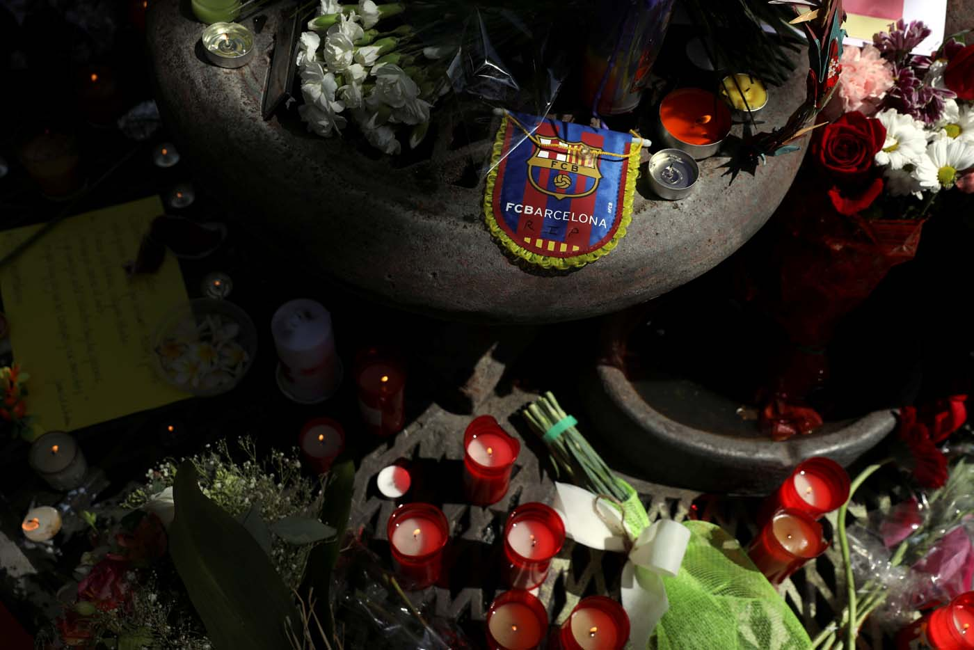 An impromptu memorial is seen a day after a van crashed into pedestrians at Las Ramblas in Barcelona, Spain August 18, 2017. REUTERS/Susana Vera
