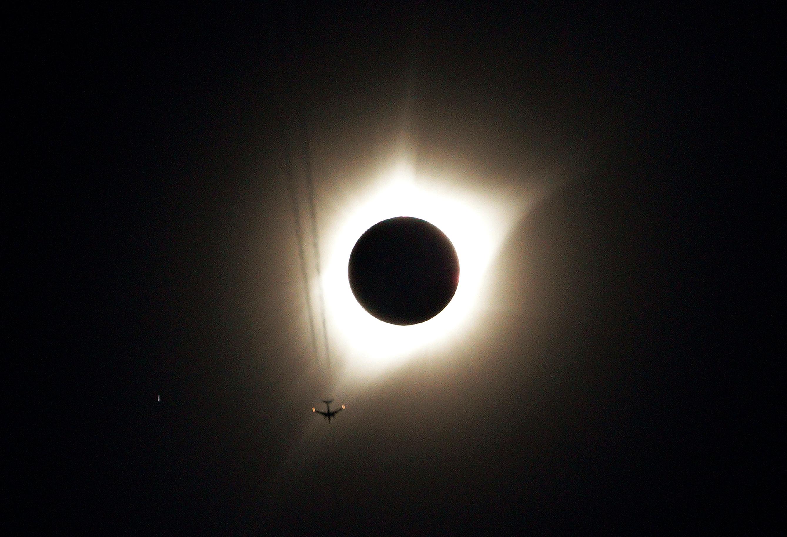 Foto del lunes de un avión volando en medio del eclipse total de sol en Guernsey, Wyoming. Ago 21, 2017. REUTERS/Rick Wilking