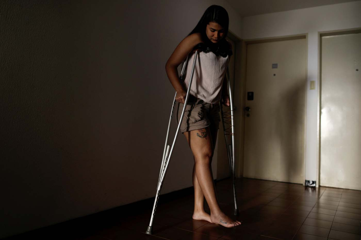 Najhud Najhla Colina, de 23 años, fue atropellada por un vehículo de antidisturbios y detenida en Caracas. UESLEI MARCELINO/REUTERS