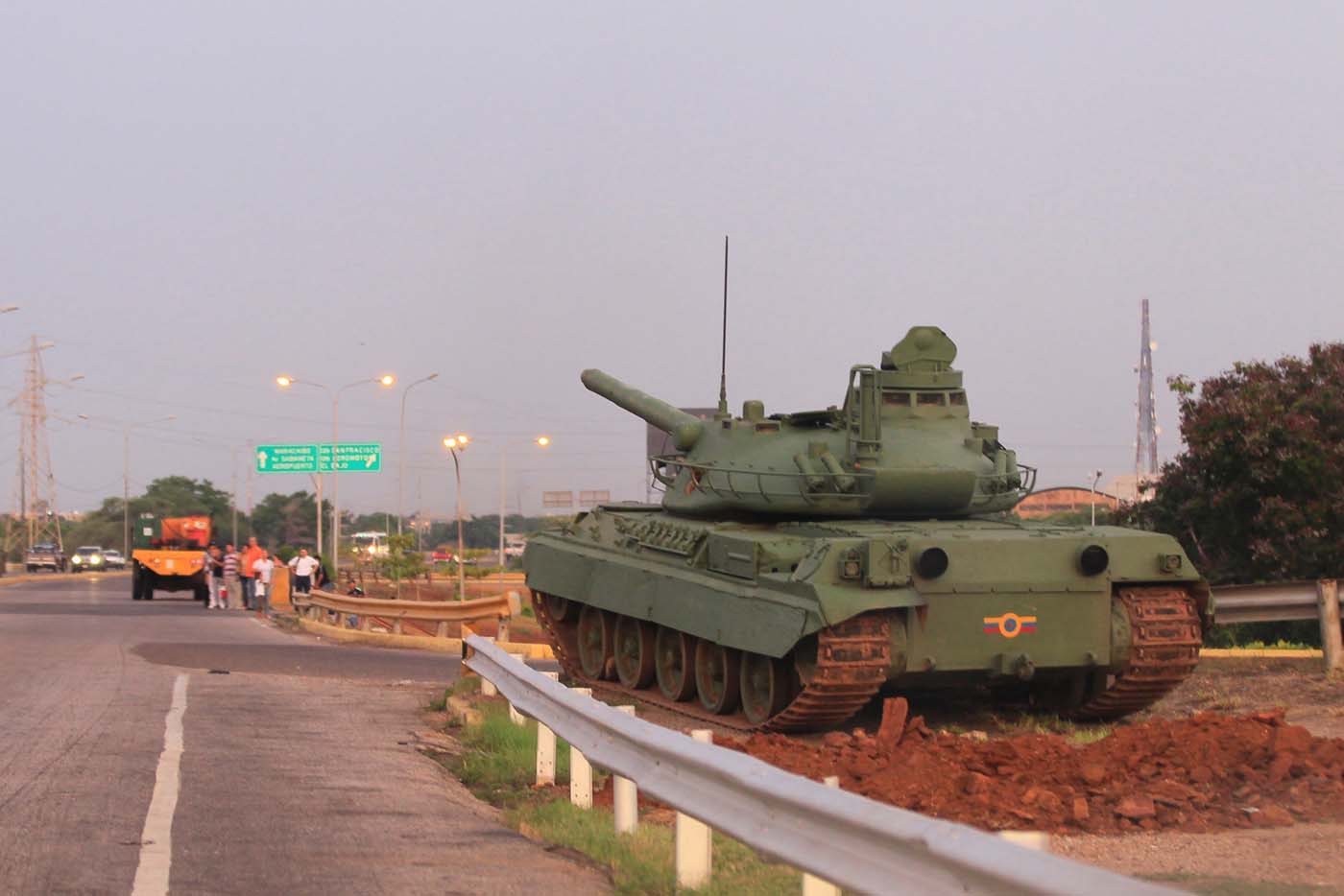A military tank is seen along a main highway, as part of military exercises, in Maracaibo, Venezuela August 25, 2017. REUTERS/Isaac Urrutia