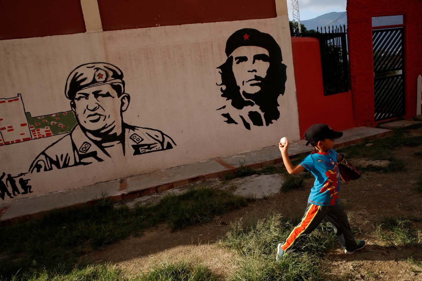 Jesus Cordova (7), practices in front of a mural depicting Venezuela's late President Hugo Chavez (L) and revolutionary leader Ernesto 'Che' Guevara in Caracas, Venezuela August 29, 2017. Picture taken August 29, 2017. REUTERS/Carlos Garcia Rawlins FOR EDITORIAL USE ONLY. NO RESALES. NO ARCHIVES.