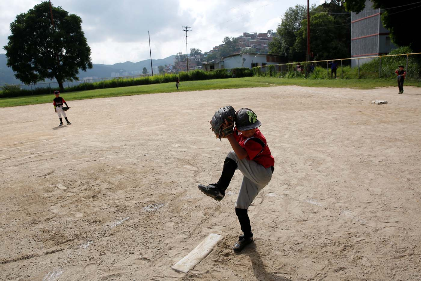 Xavier Indriago (C) pitches during a baseball championship in Caracas, Venezuela August 24, 2017. Picture taken August 24, 2017. REUTERS/Carlos Garcia Rawlins
