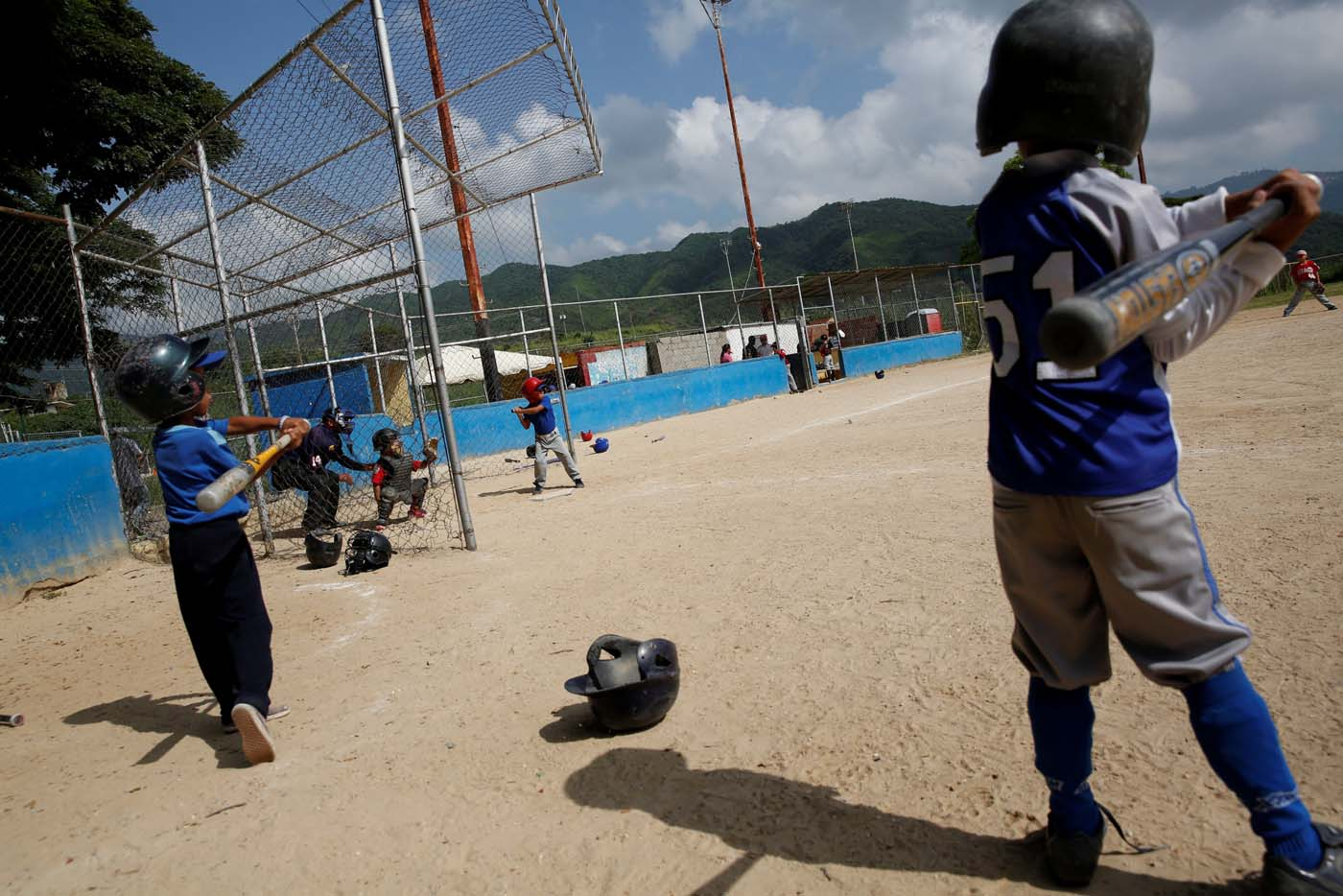 Children play during a baseball championship in Caracas, Venezuela August 24, 2017. Picture taken August 24, 2017. REUTERS/Carlos Garcia Rawlins