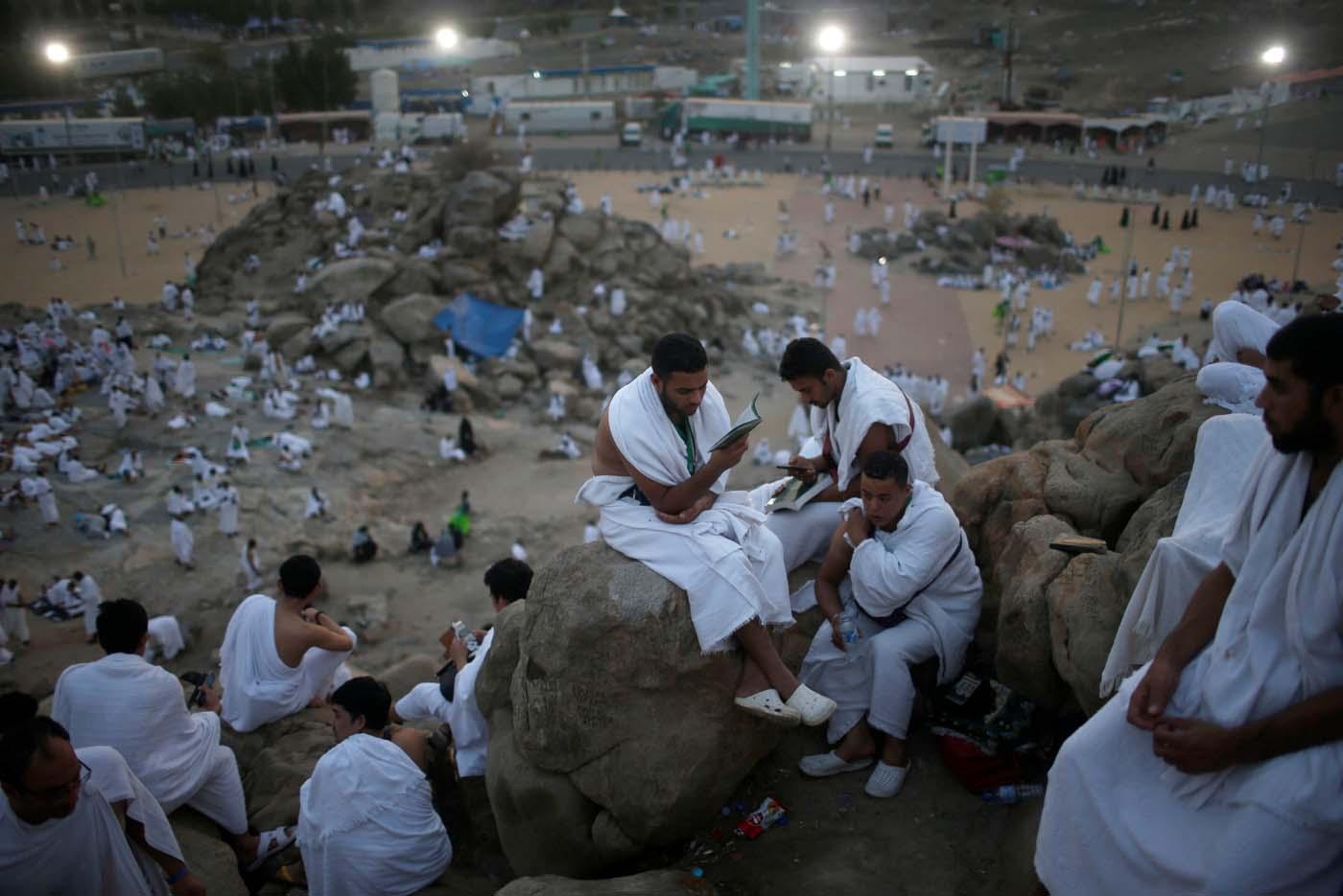 Muslim pilgrims gather on Mount Mercy on the plains of Arafat during the annual haj pilgrimage, outside the holy city of Mecca, Saudi Arabia August 31, 2017.  REUTERS/Suhaib Salem