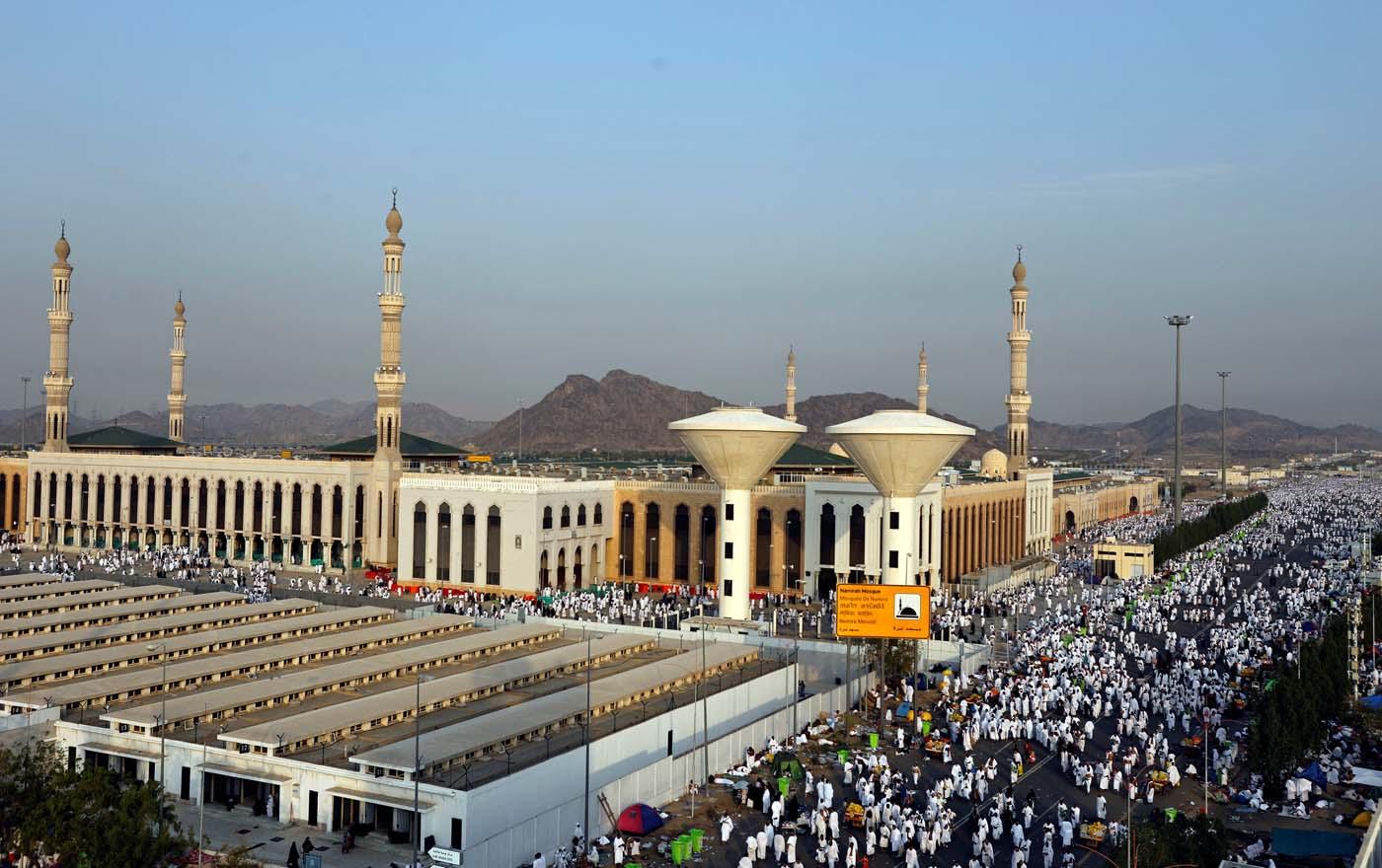 Muslim pilgrims gather near Namira Mosque on the plains of Arafat during the annual haj pilgrimage, outside the holy city of Mecca, Saudi Arabia August 31, 2017.  REUTERS/Suhaib Salem