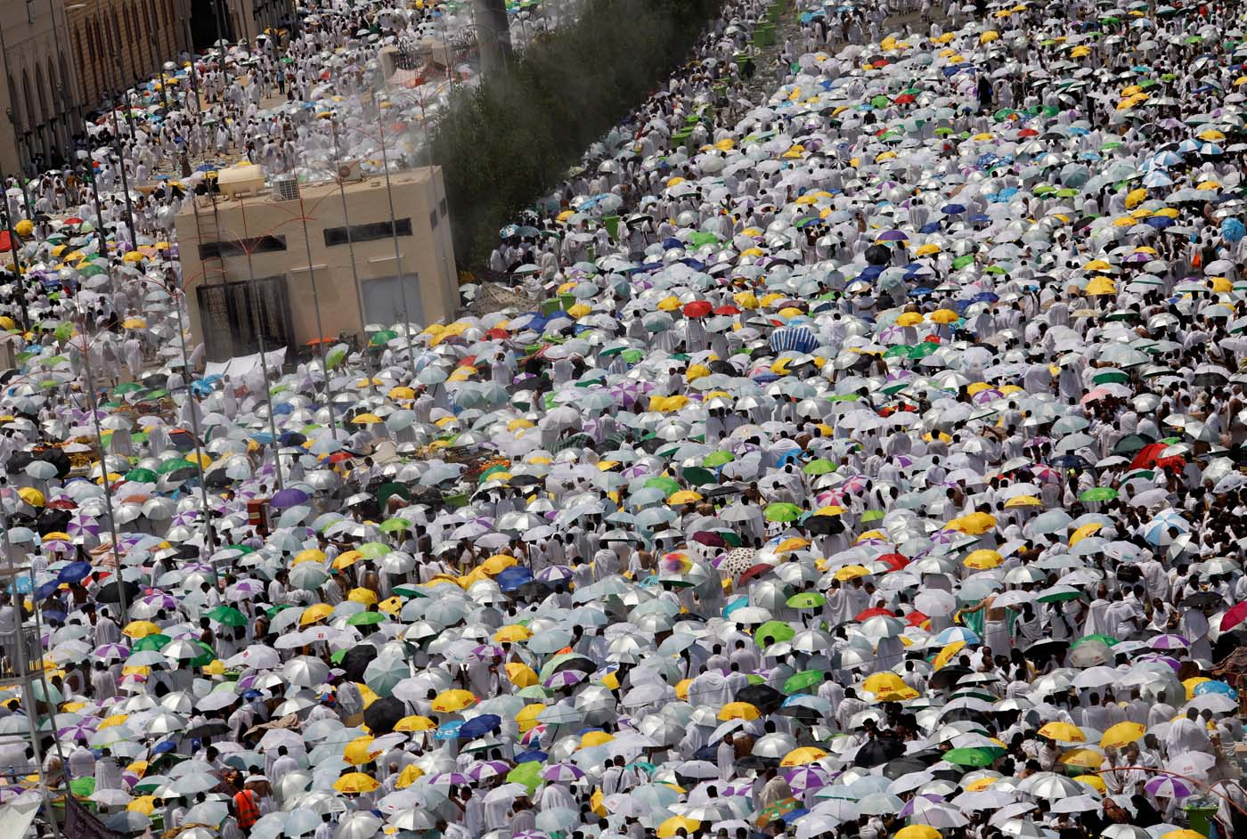 Muslim pilgrims pray outside Namira Mosque on the plains of Arafat during the annual haj pilgrimage, outside the holy city of Mecca, Saudi Arabia August 31, 2017. REUTERS/Suhaib Salem