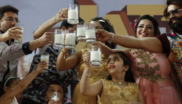 A la cabeza de la secta Dera Sacha Sauda, el gurú desarrolló en los últimos años un imperio comercial, vendiendo productos peculiares, desde medicamentos naturales hasta orina de vaca, un animal considerado sagrado en el hinduismo. (Foto: AFP)