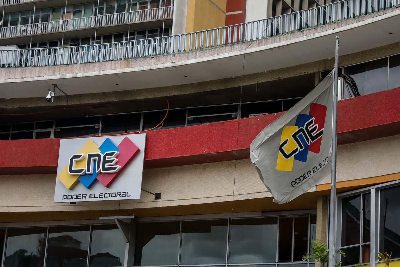 """VNZ03. CARACAS (VENEZUELA), 02/08/2017.- Vista externa de la sede del Consejo Nacional Electoral (CNE) hoy, miércoles 2 de agosto de 2017, en Caracas (Venezuela). Luis Emilio Rondón, el único de las cinco autoridades del Poder Electoral venezolano que es crítico con el Gobierno, aseguró hoy que el organismo """"está obligado"""" a aclarar el reporte hecho por Smartmatic, la empresa encargada del recuento de votos en el país, sobre """"manipulación"""" en la votación del domingo. EFE/Miguel Gutiérrez"""