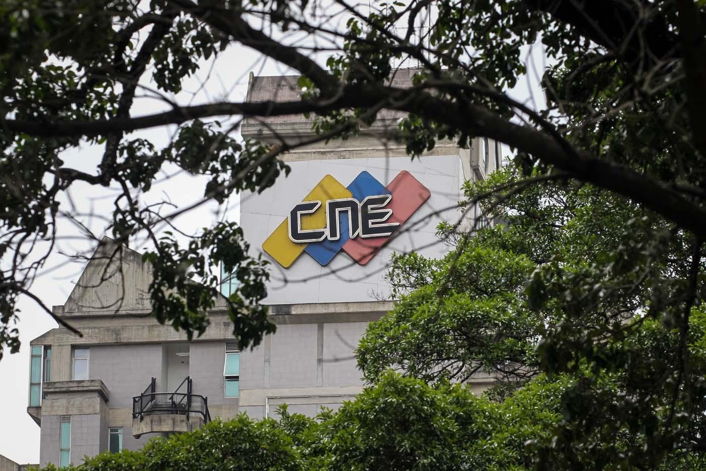 """VNZ06. CARACAS (VENEZUELA), 02/08/2017.- Vista externa de la sede del Consejo Nacional Electoral (CNE) hoy, miércoles 2 de agosto de 2017, en Caracas (Venezuela). Luis Emilio Rondón, el único de las cinco autoridades del Poder Electoral venezolano que es crítico con el Gobierno, aseguró hoy que el organismo """"está obligado"""" a aclarar el reporte hecho por Smartmatic, la empresa encargada del recuento de votos en el país, sobre """"manipulación"""" en la votación del domingo. EFE/Miguel Gutiérrez"""