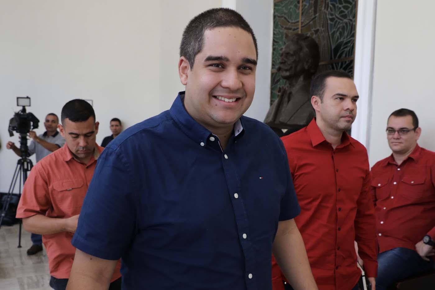 CAR05. CARACAS (VENEZUELA), 08/08/2017.- Nicolás Maduro Guerra (c), hijo del presidente Nicolás Maduro, asiste hoy, martes 8 de agosto de 2017, a la segunda sesión plenaria de la Asamblea Nacional Constituyente, en Caracas (Venezuela). EFE/Miguel Gutiérrez