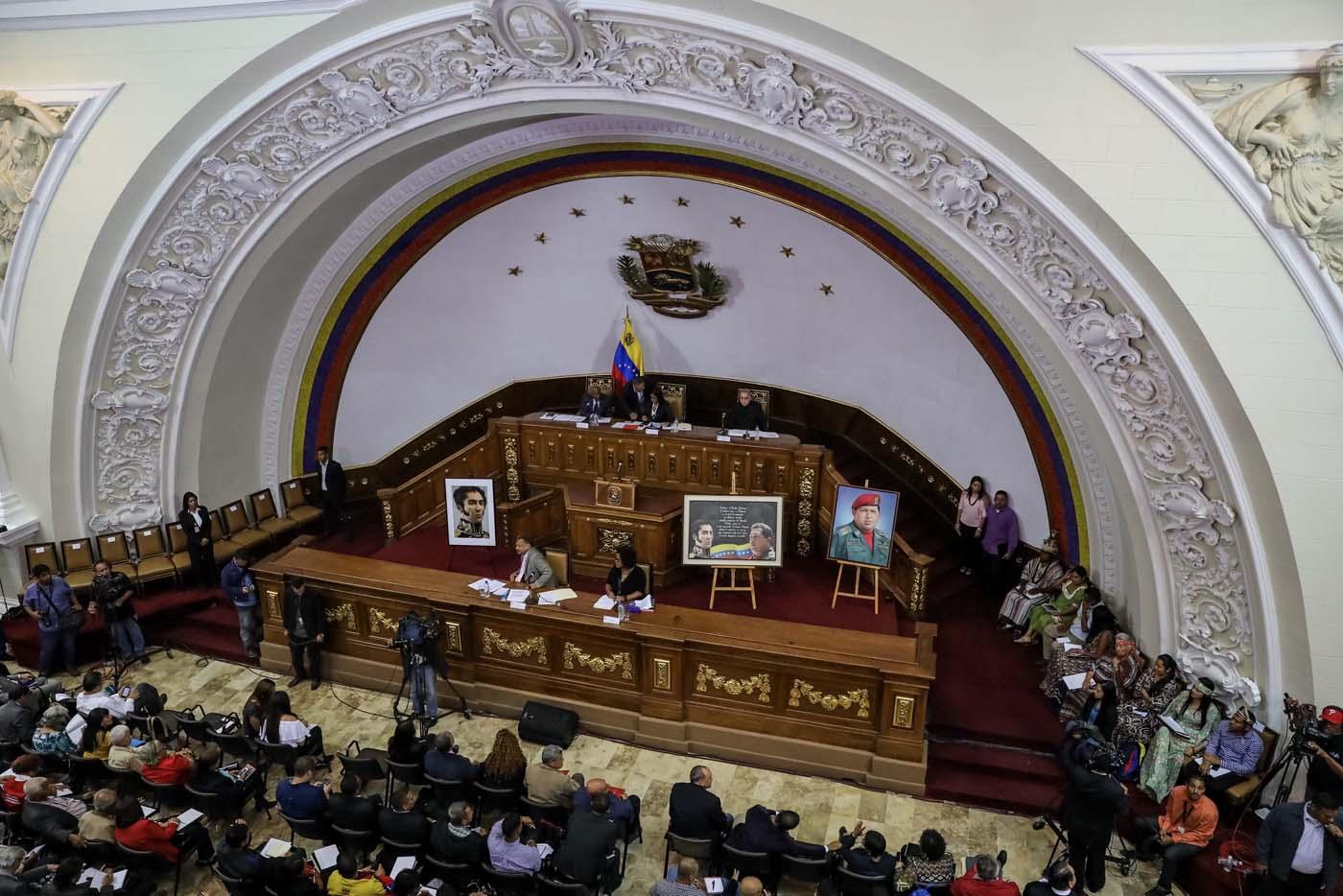 VZL02. CARACAS (VENEZUELA), 08/08/2017.- Vista general de la segunda sesión plenaria de la Asamblea Nacional Constituyente hoy, martes 8 de agosto de 2017, en Caracas (Venezuela). La Asamblea Nacional Constituyente de Venezuela, electa hace poco más de una semana y de composición oficialista, inició hoy una sesión para definir su funcionamiento como poder plenipotenciario, luego de haber tomado los espacios del Parlamento hasta ahora controlado por la oposición. En esta, su segunda plenaria desde que fue instalada, los constituyentes debatirán las normas de funcionamiento del cuerpo integrado por más de 500 asambleístas, y con poderes suficientes para refundar el Estado, redactar una nueva Constitución, sin que ningún otro poder público pueda oponerse.EFE/Miguel Gutiérrez