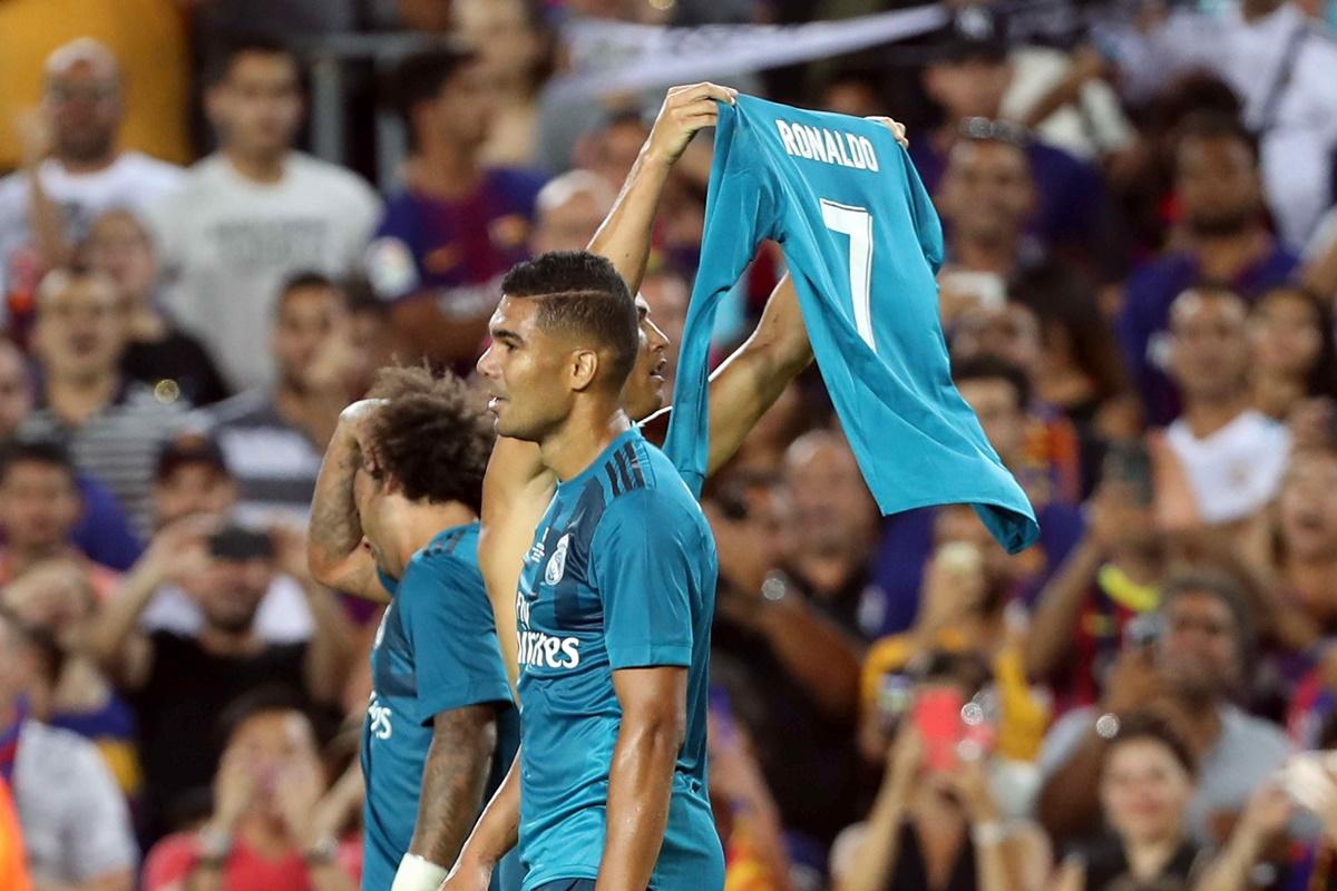 GRA416. BARCELONA, 13/08/2017.- El delantero portugués del Real Madrid Cristiano Ronaldo (c) celebra su gol marcado ante el Barcelona, el segundo del conjunto blanco, durante el partido de ida de la Supercopa de España disputado en el Camp Nou de Barcelona. EFE/Toni Albir