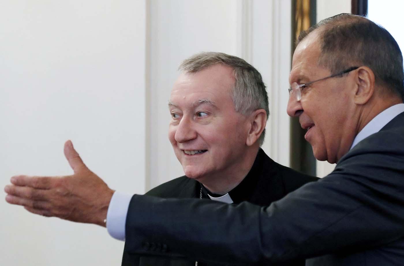 FET04 MOSCÚ (RUSIA) 22/08/2017.- El ministro ruso de Exteriores, Sergei Lavrov (d, de espaldas), se reúne con el secretario de Estado Vaticano, el cardenal Pietro Parolin, en Moscú (Rusia) hoy, 22 de agosto de 2017. EFE/Sergei Ilnitsky