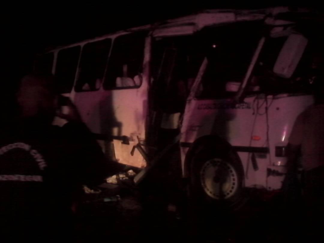 Autobús volcado en la carretera Clarines-Boca de Uchire en Anzoátegui / Foto: Jorge Galindo