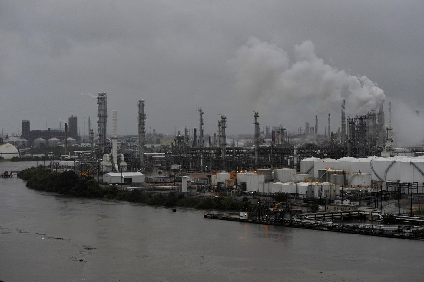 Imagen de archivo de la refinería de petróleo Valero Houston durante una crecida de las aguas del pantano Buffalo tras el paso del huracán Harvey en Houston, EEUU, ago 27, 2017. REUTERS/Nick Oxford
