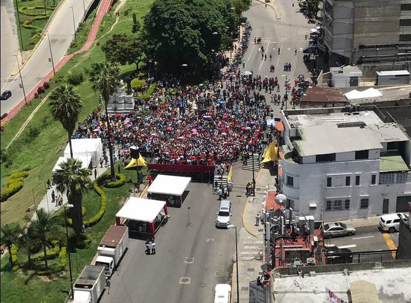 Foto:Así se ve la concentración chavista frente al CNE en Plaza Venezuela / Cortesía