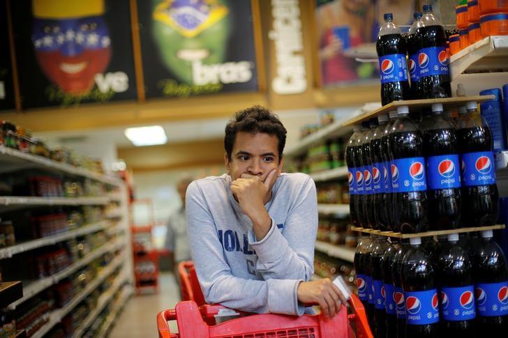 Una persona esperando en la fila para pagar en un supermercado en Caracas, jul 29, 2017. REUTERS/Andres Martinez Casares
