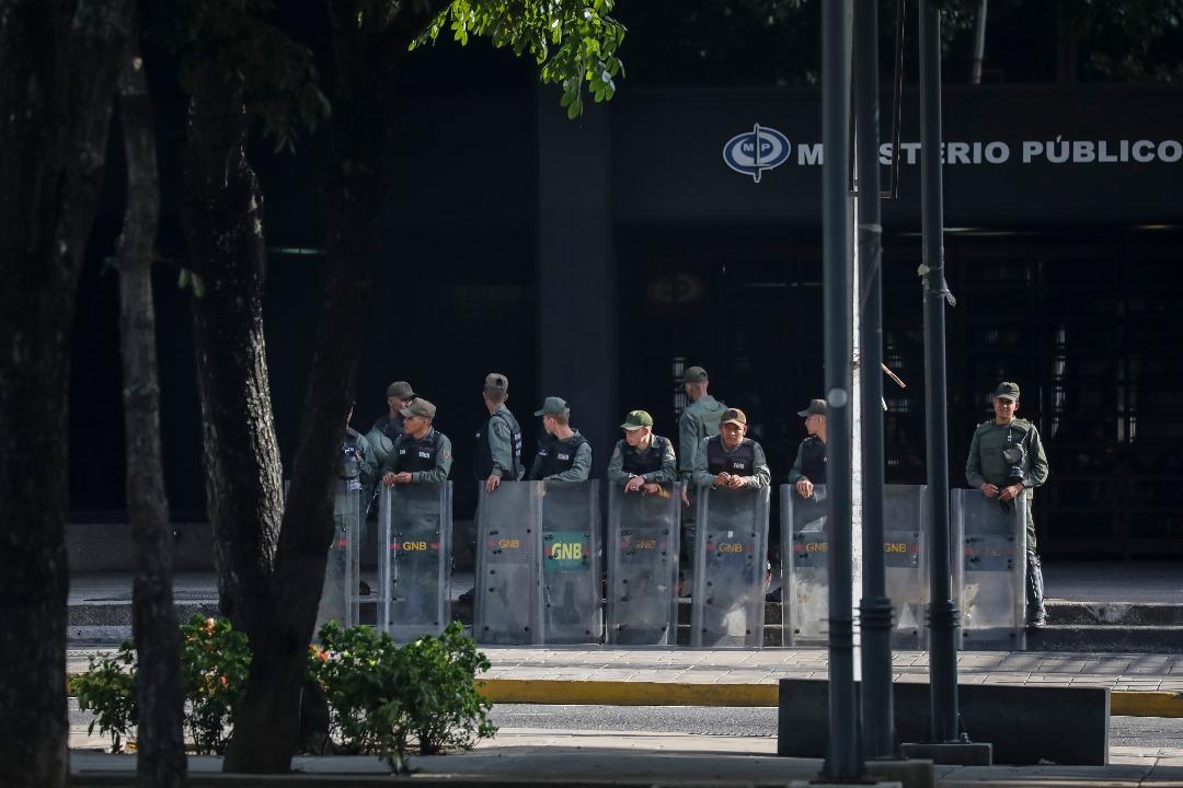 Sede principal del Ministerio Público (MP) en Caracas, tomada por parte de un contingente de la Guardia Nacional Bolivariana que mantiene rodeada la institución. EFE/Miguel Gutiérrez