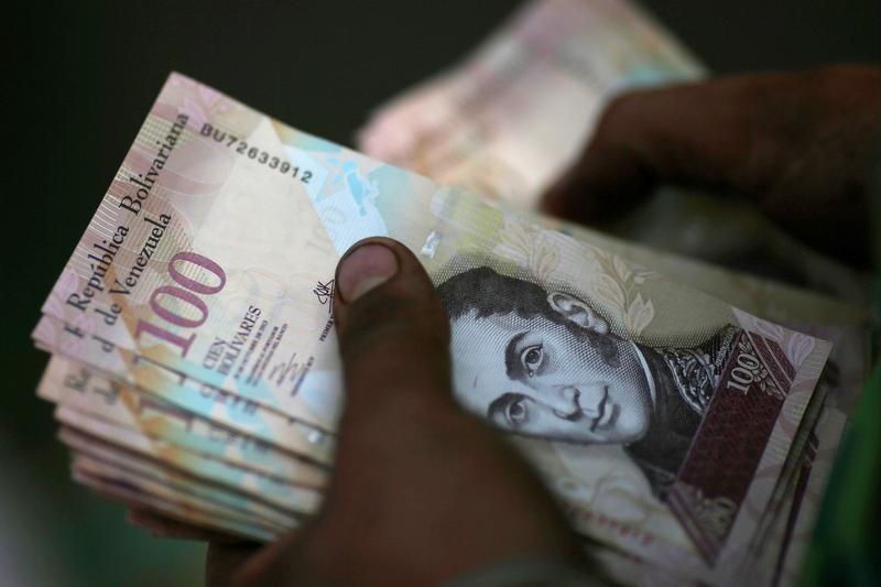 la diputada al Consejo Legislativo del estado Aragua, Betsy Bustos, denunció que se necesitan más de 1 millón de bolívares para mandar a un sólo niño a clases (Foto: REUTERS/Ueslei Marcelino - RTX2UQIX)