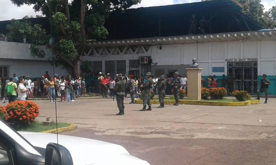 Familiares se apostaron a las afueras del centro de reclusión (Foto El Universal)