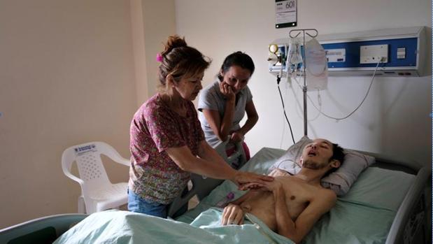Yender Lorenzo, con su madre y una amiga de la familia, en el Hospital Erasmo Meoz, de Cúcuta - Álvaro Ybarra Zabala