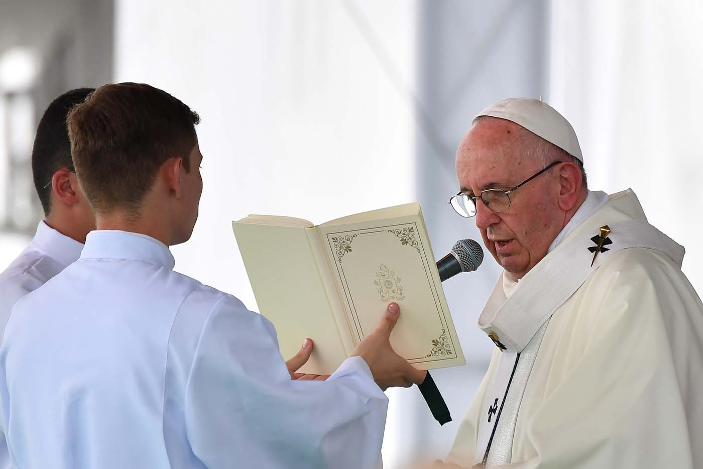 Pope Francis (R) gives mass at the Enrique Olaya Herrera airport in Medellin, Colombia, on September 9, 2017. Pope Francis visits the Colombian city of Medellin, former stronghold of the late drug baron Pablo Escobar, on the fourth day of a papal tour to promote peace. / AFP PHOTO / Alberto PIZZOLI