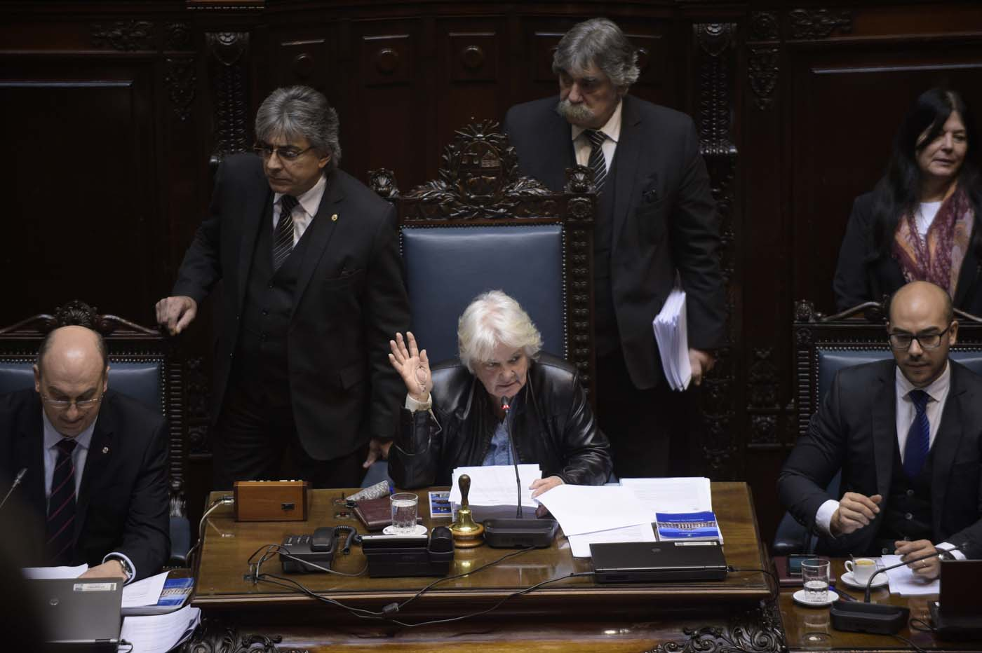 Uruguayan senator Lucia Topolansky (C) takes office as vice-president in Montevideo, on September 13, 2017. Topolansky replaces Uruguay's vice-president Raul Sendic, who resigned on Saturday over allegations he used public money for personal shopping. / AFP PHOTO / MIGUEL ROJO