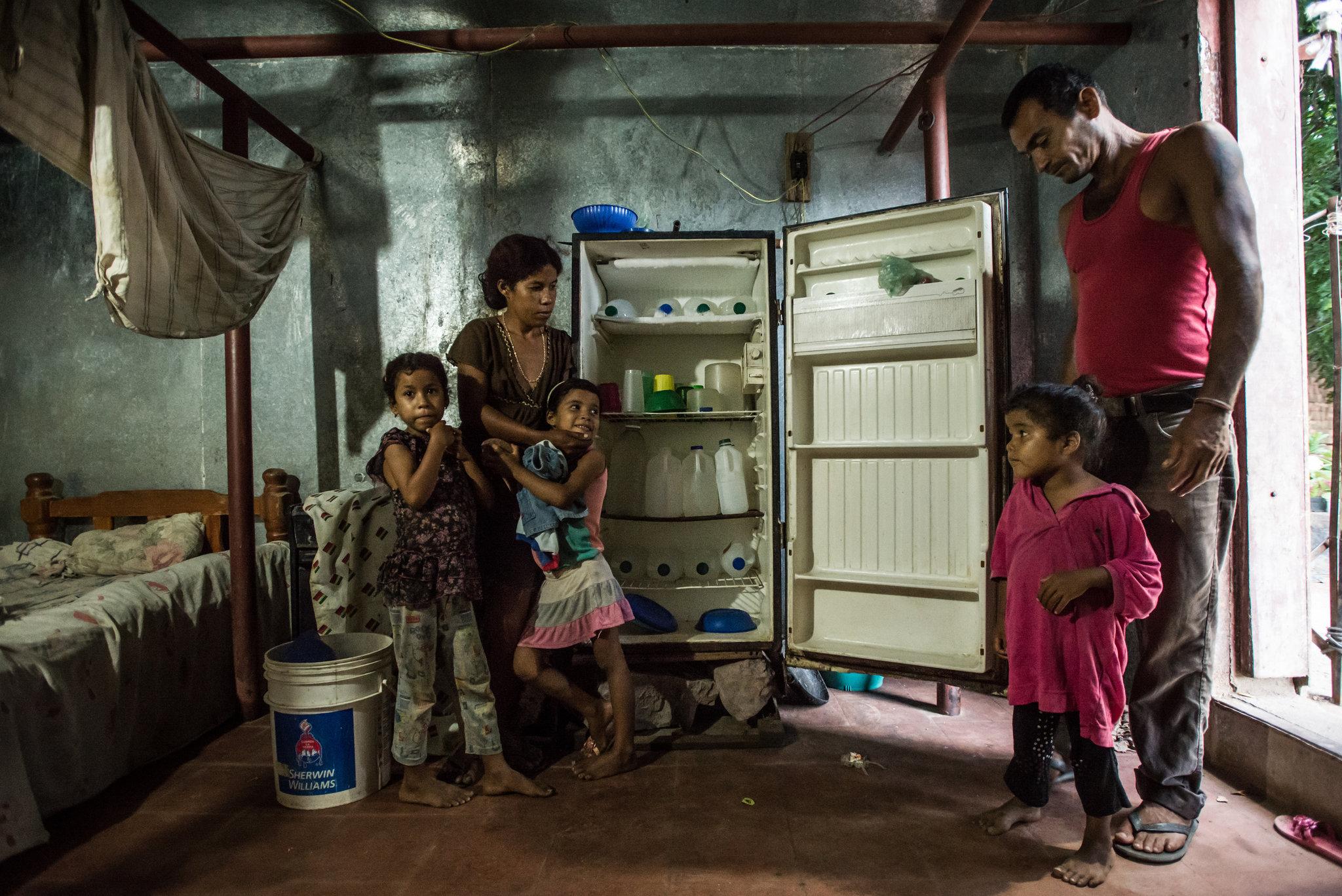 Botellas de agua ocuparon la mayor parte del refrigerador de Araselis Rodríguez y Nestor Daniel Reina en Cumaná el año pasado. Crédito: Meridith Kohut / The New York Times