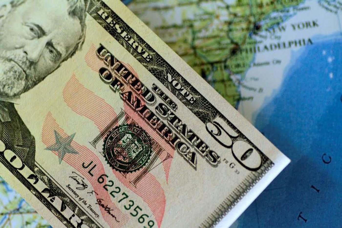 En la imagen de archivo se ve un bollete de 50 dólares americanos, el 22 de junio de 2017. REUTERS/Thomas White/Illustration