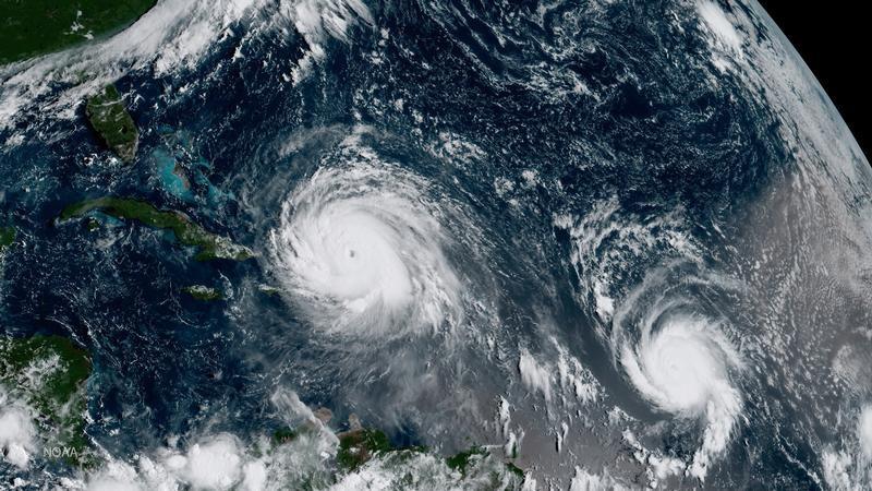 Imagen cedida a Reuters por el  Centro de Predicción Climática de la Administración Nacional Oceánica y Atmosférica del huracán Irma (a la izquierda en la imagen) junto al huracán José en su paso por el océano Atlántico, sep 7, 2017 NOAA satellite handout photo. NOAA/Handout via REUTERS    Imagen cedida a Reuters