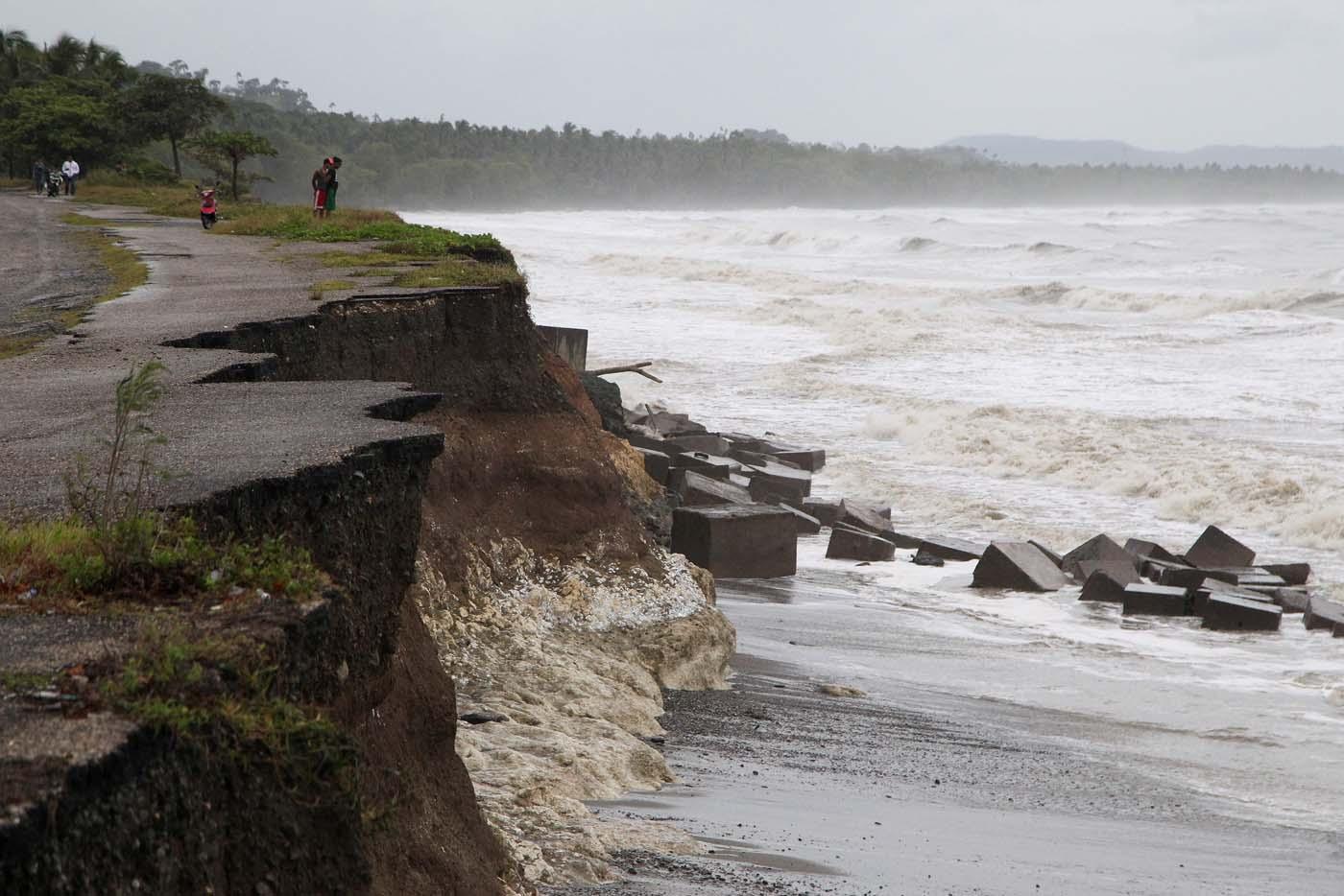 La gente mira la costanera dañada por el paso del huracán Irma en Nagua, República Dominicana, el 7 de septiembre de 2017. REUTERS/Ricardo Rojas