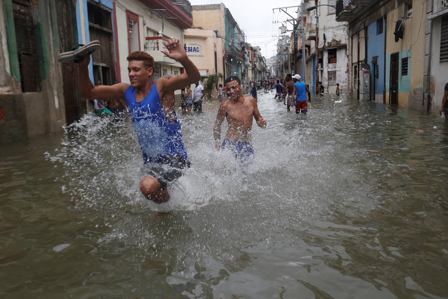 Men run through a flooded street, after the passing of Hurricane Irma, in Havana, Cuba September 10, 2017. REUTERS/Stringer NO SALES. NO ARCHIVES