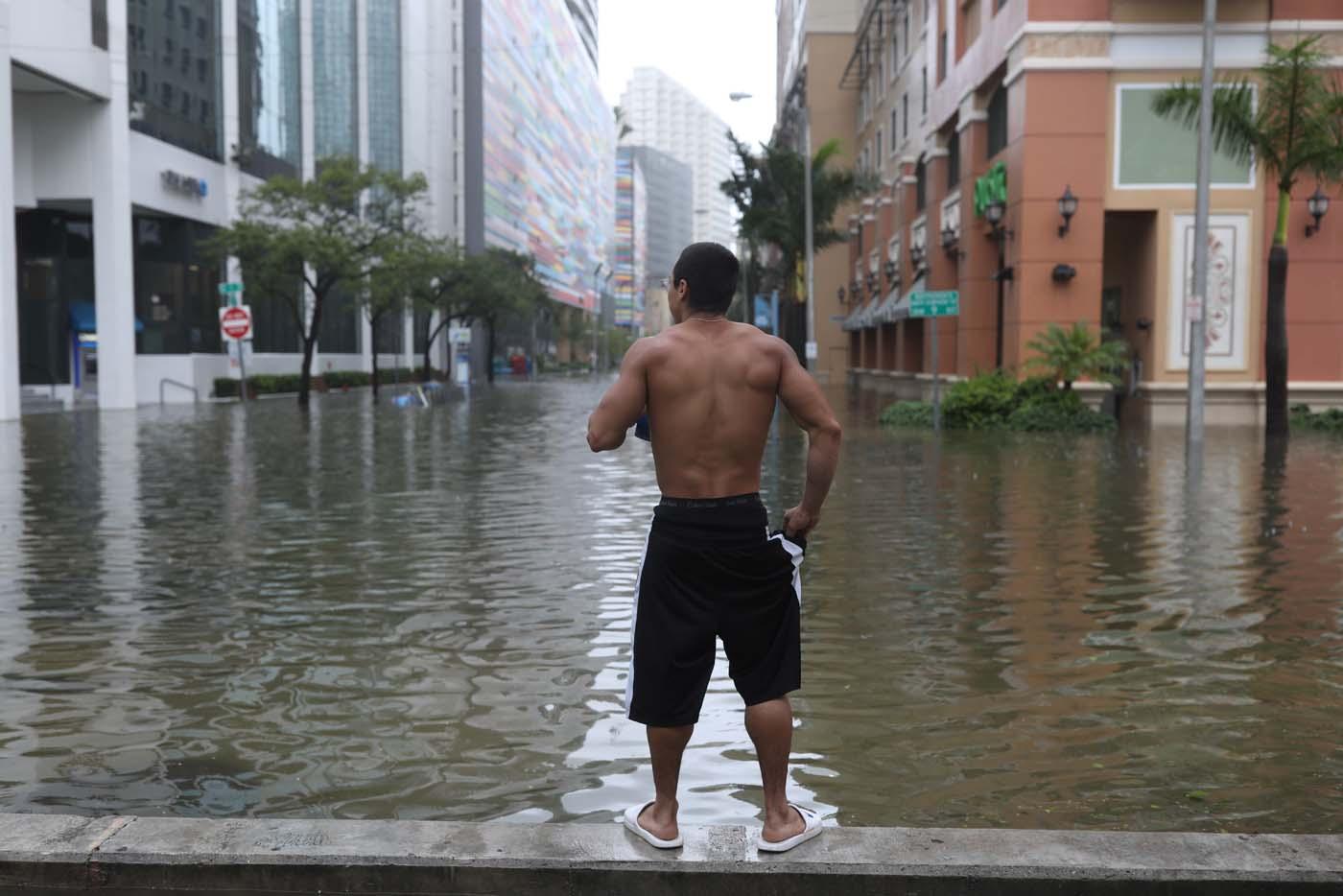 Un residente local, Vishnu Obregon, en el distrito Brickell durante el paso del huracán Irma por Miami, Florida, EEUU, 10 de septiembre de 2017. REUTERS/Stephen Yang