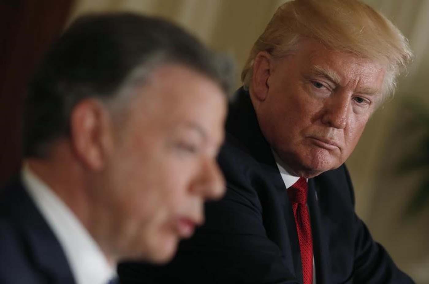 Imagen de archivo. El presidente, Donald Trump, mira al presidente de Colombia, Juan Manuel Santos, durante una conferencia de prensa conjunta en la Casa Blanca en Washington, Estados Unidos, el 18 de mayo de 2017. REUTERS/Yuri Gripas