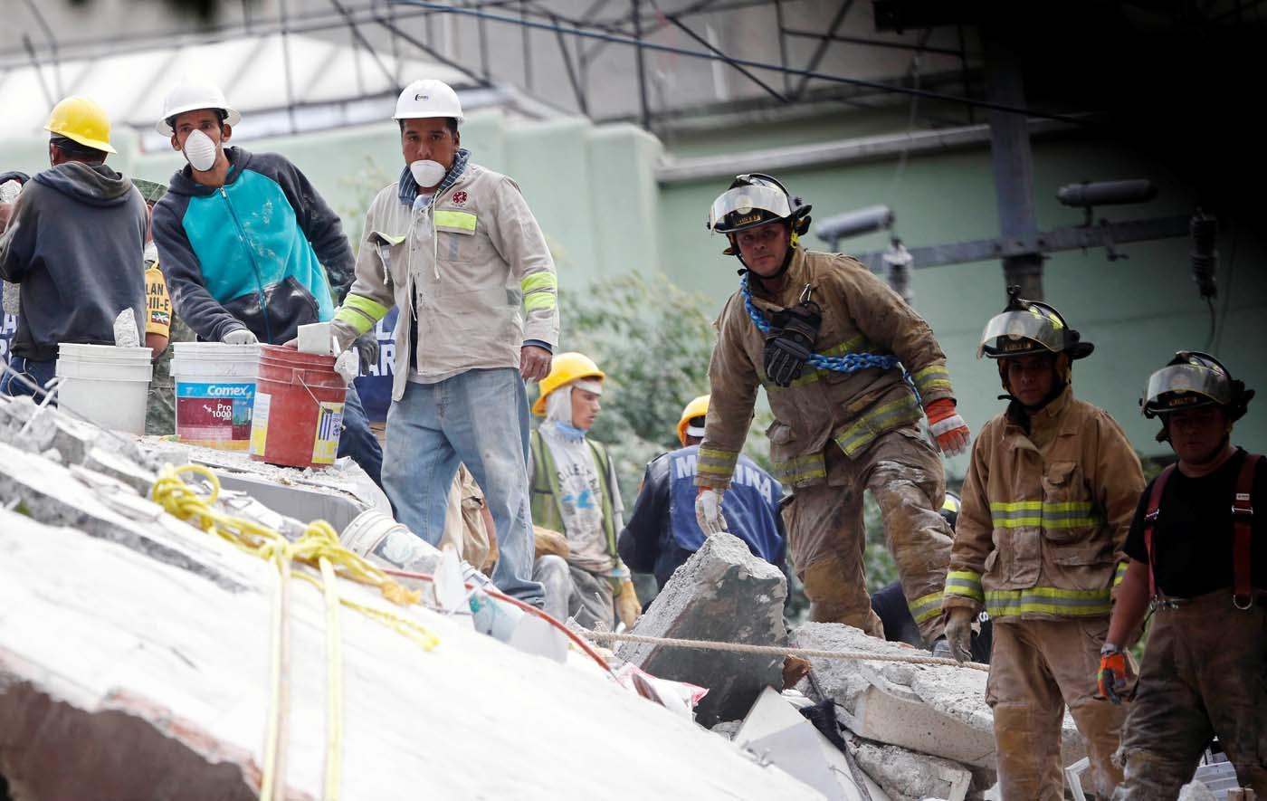 Socorristas trabajando en los restos derruidos de un edificio tras un sismo en Ciudad de México, sep 20, 2017. REUTERS/Henry Romero