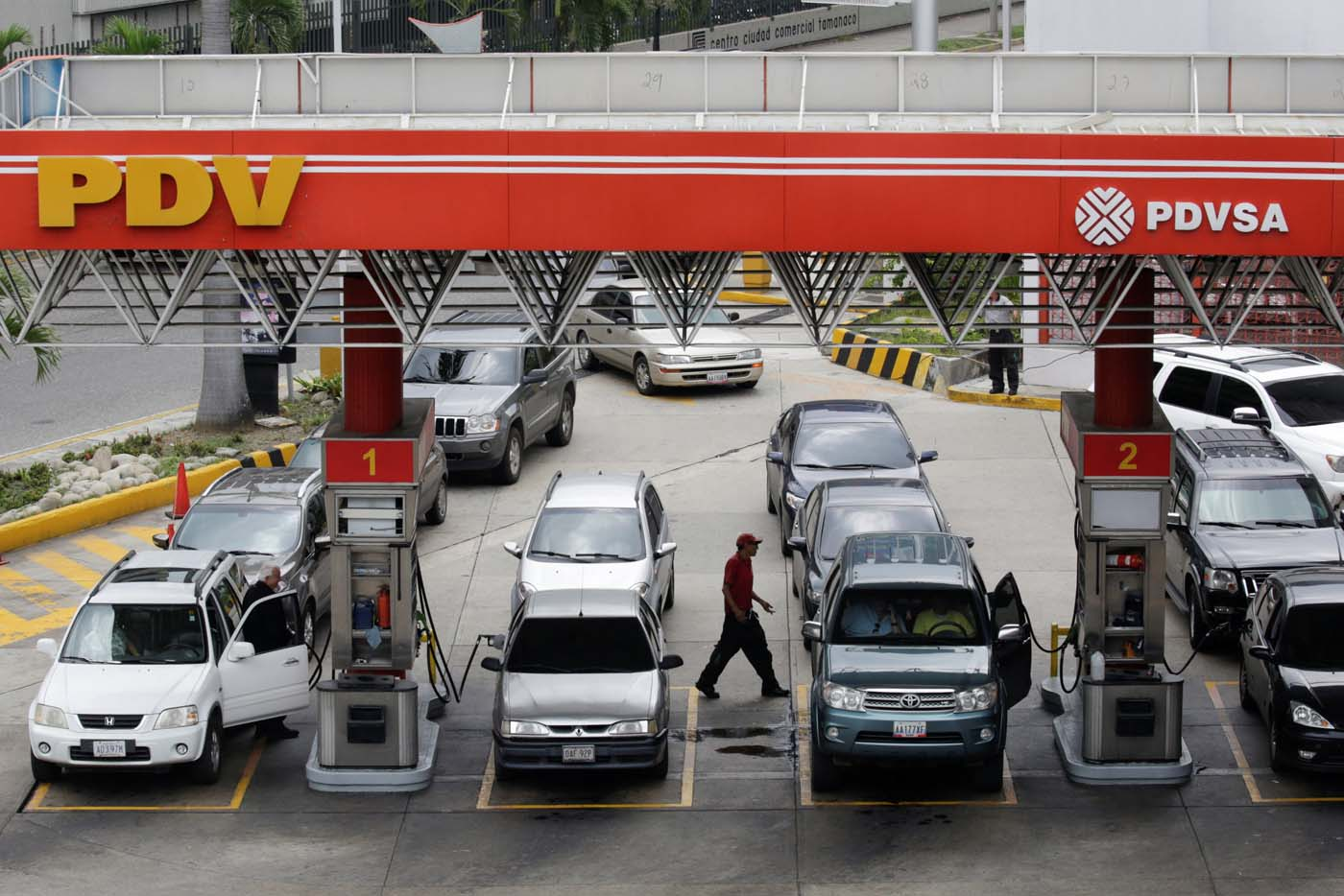 Motorists line up for fuel at a gas station of Venezuelan state-owned oil company PDVSA in Caracas, Venezuela September 21, 2017. REUTERS/Marco Bello