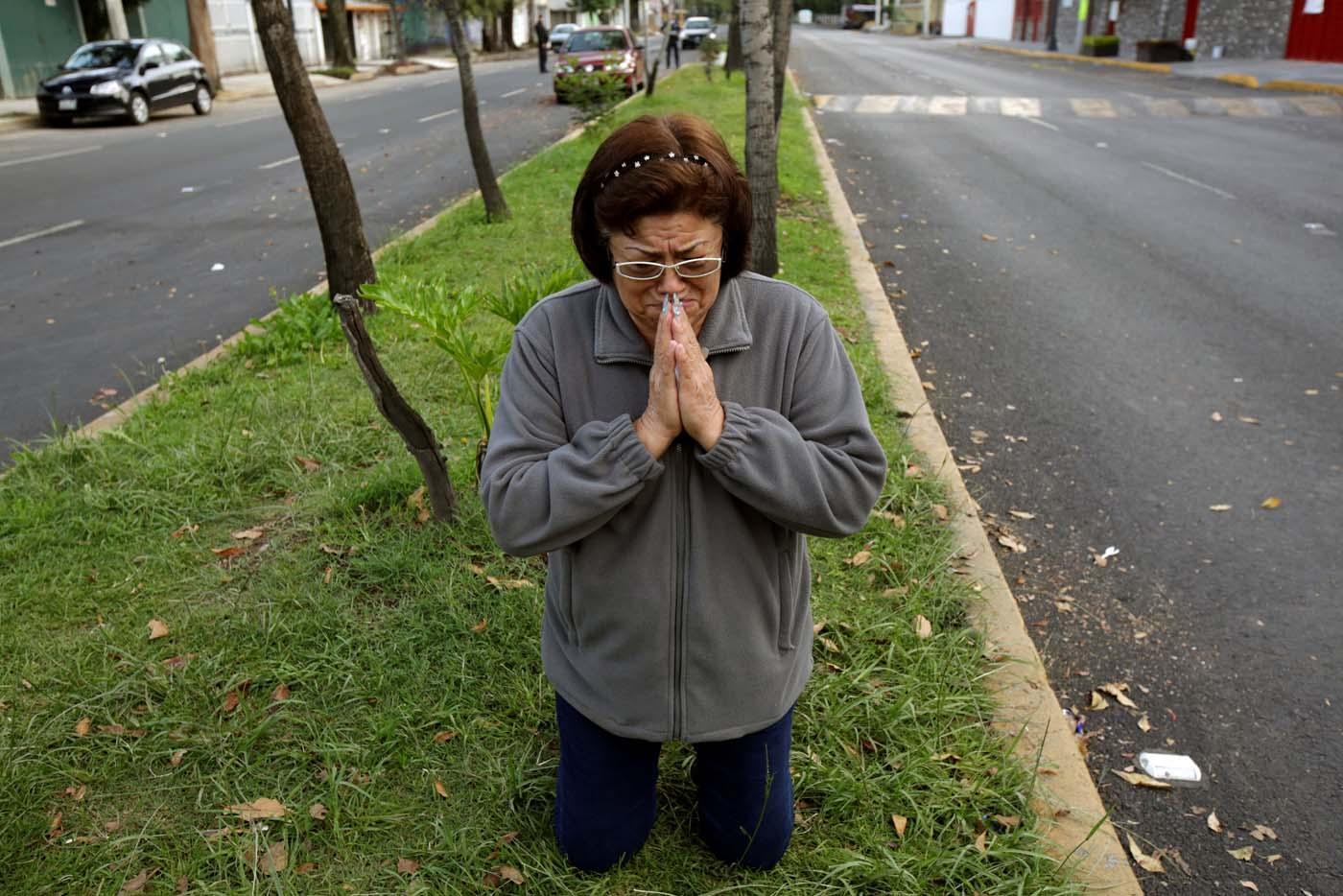 A woman prays after a tremor was felt in Mexico City, Mexico September 23, 2017. REUTERS/Jose Luis Gonzalez