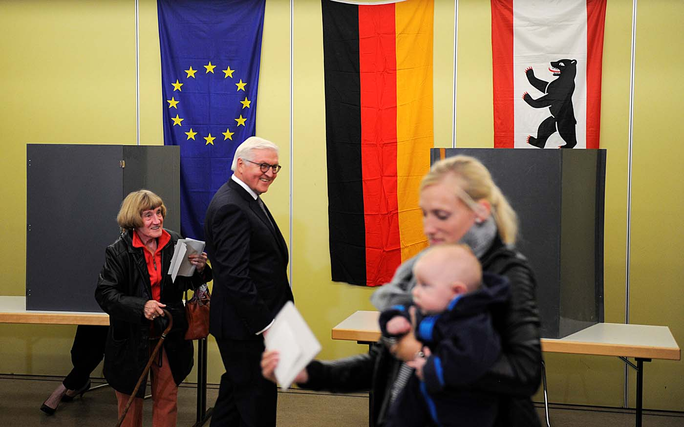 German President Frank-Walter Steinmeier casts his vote on election day in Berlin, Germany September 24, 2017. REUTERS/Stefanie Loos
