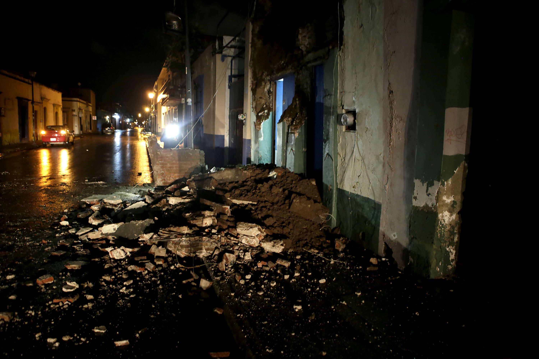 GRA003 OAXACA (MÉXICO),08/09/2017.- Vista general de daños hoy, viernes 8 de septiembre de 2017, en la ciudad de Oaxaca (México) tras un fuerte sismo de magnitud ocho en la escala abierta de Richter sacudió hoy violentamente a México, con origen a 137 kilómetros al suroeste de Tonalá, en el suroriental estado de Chiapas, informó el Servicio Sismológico Nacional (SSN).Hasta ahora no hay reportes de daños o víctimas, pero la sacudida provocó cortes de energía en la capital, donde se escuchó la alerta sísmica, y de inmediato comenzaron a escucharse ambulancias.EFE/Mario Arturo Martinez