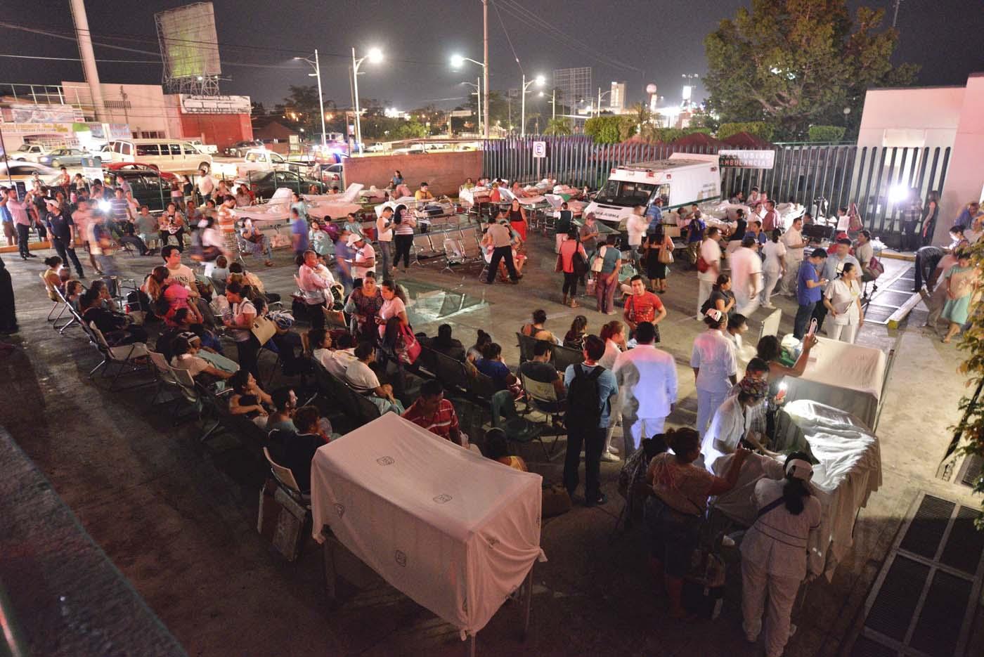 GRA005VILLAHERMOSA (MÉXICO),08/09/2017.- Pacientes y médicos de un hospital en Villahermosa ( México) permanecen fuera hoy, viernes 8 de septiembre de 2017, tras un fuerte sismo de magnitud ocho en la escala abierta de Richter sacudió hoy violentamente a México, con origen a 137 kilómetros al suroeste de Tonalá, en el suroriental estado de Chiapas, informó el Servicio Sismológico Nacional (SSN). Al menos cinco personas murieron como consecuencia del terremoto, tres en el estado de Chiapas y dos en Tabasco, informaron hoy fuentes oficiales..EFE/STR