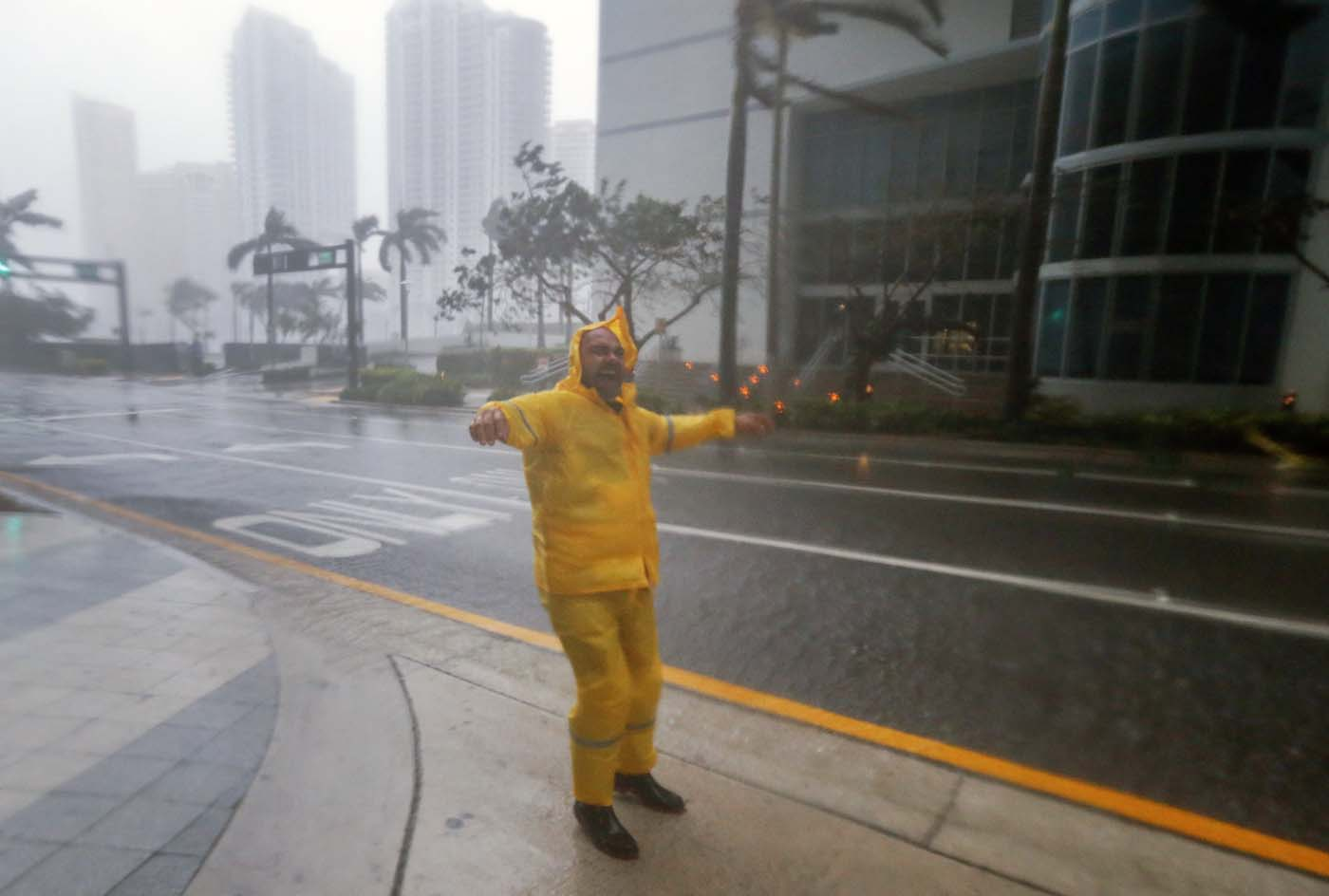 ELX01. Miami (United States), 10/09/2017.- A man braves the elemenst as the full effects of Hurricane Irma strike in Miami, Florida, USA, 10 September 2017. Many areas are under mandatory evacuation orders as Irma approaches Florida. The National Hurricane Center has rated Irma as a Category 4 storm as the eye crosses the lower Florida Keys. (Estados Unidos) EFE/EPA/ERIK S. LESSER