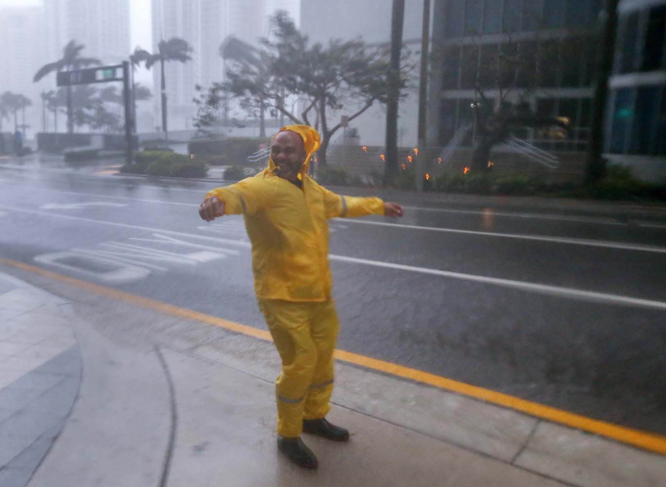 ELX01. Miami (United States), 10/09/2017.- A man braves the elements as the full effects of Hurricane Irma strike in Miami, Florida, USA, 10 September 2017. Many areas are under mandatory evacuation orders as Irma approaches Florida. The National Hurricane Center has rated Irma as a Category 4 storm as the eye crosses the lower Florida Keys. (Estados Unidos) EFE/EPA/ERIK S. LESSER